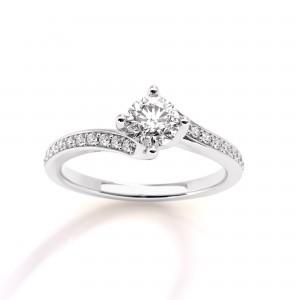 Mονόπετρο δαχτυλίδι φλόγα από λευκόχρυσο Κ18 με διαμάντι μπριγιάν 0,23ct και πέτρες στο πλάι